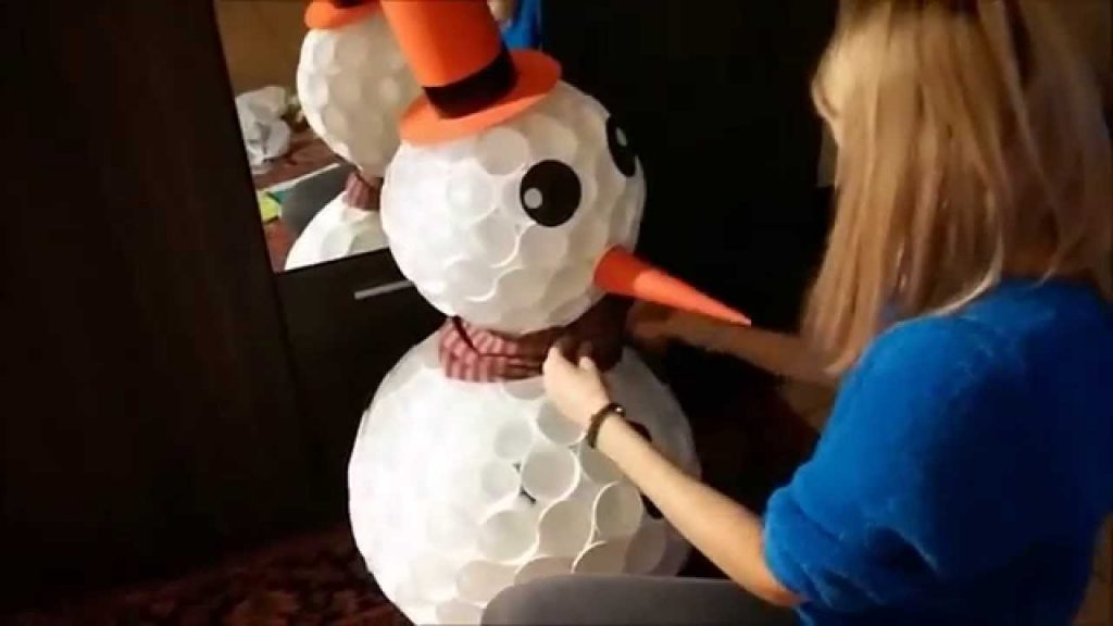 Сніговик із паперових стаканів